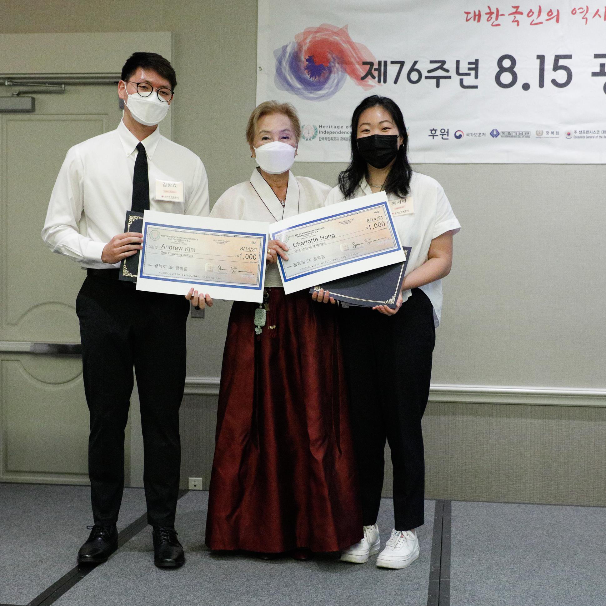 11 광복회 지회장 장학생-김상효-홍서현.jpg